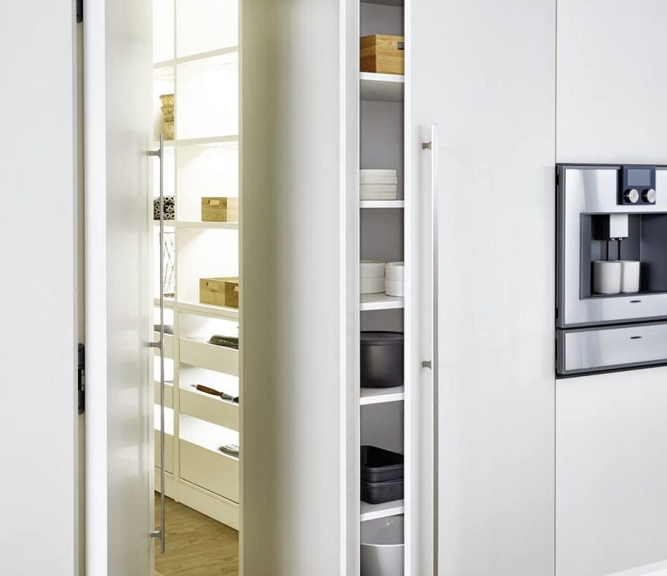 Von außen ist die Küche scheinbar in einen herkömmlichen Mauervorsprung integriert - beim näheren Hinsehen entpuppt sich der hohle Innenraum des LEICHT-Kubus' als begehbarer Hauswirtschaftsraum. (Foto: LEICHT)