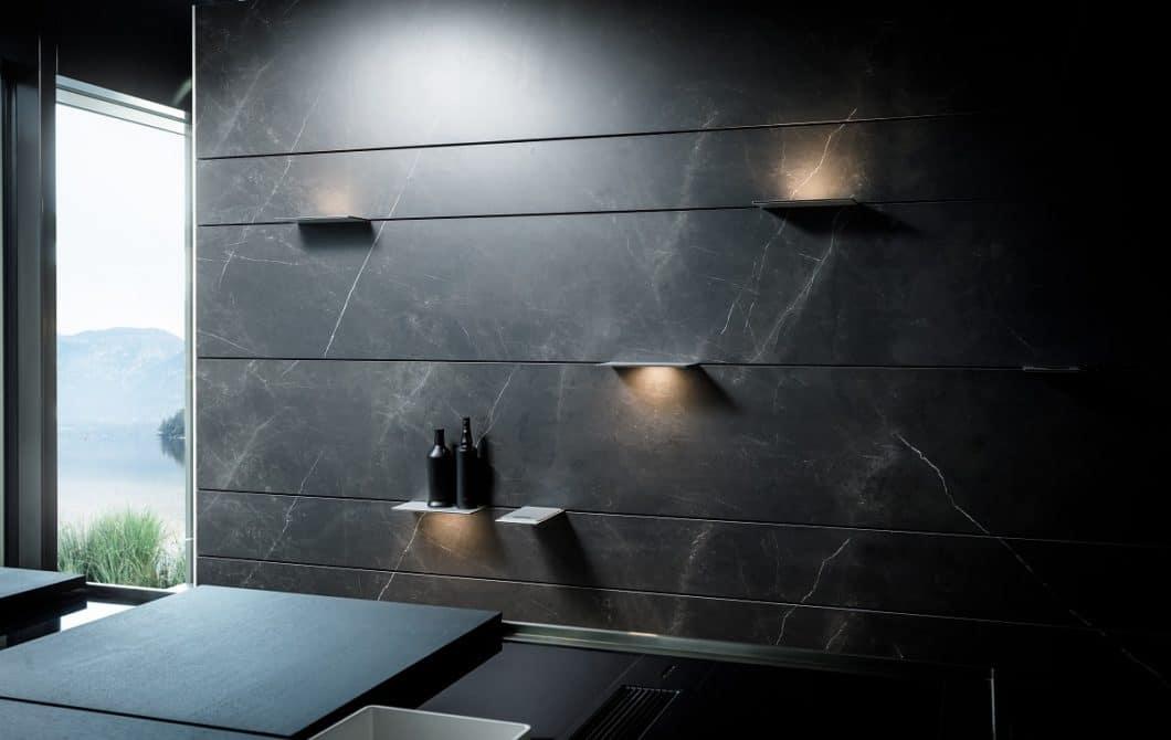 Die eingesetzten Platten können vom Nutzer beliebig verschoben, ausgetauscht oder genutzt werden, so z.B. als dekorative Präsentationsfläche oder als Lichtkegel nach oben und unten. (Foto: orea Europe)