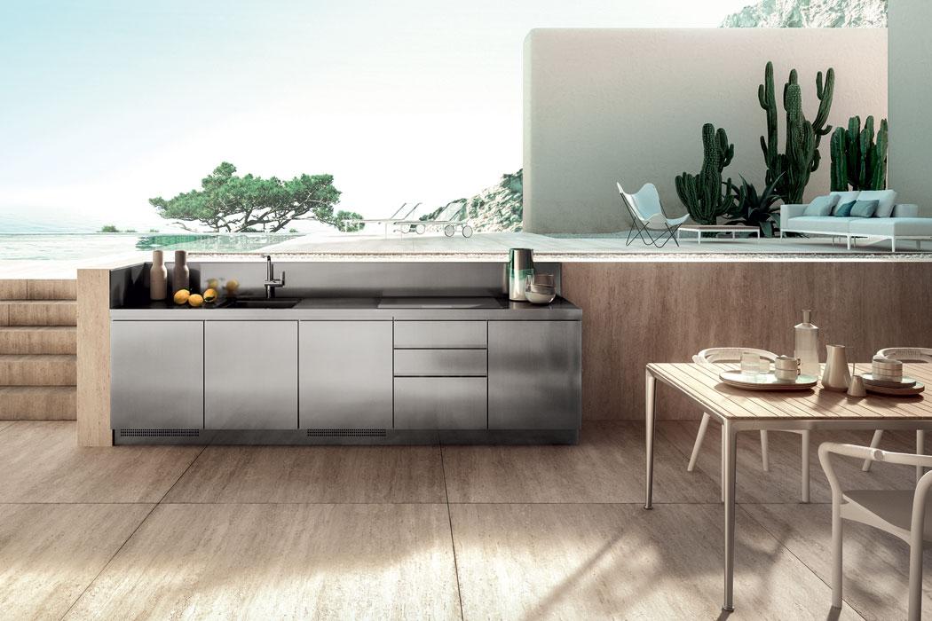 Der Trend zu Outdoorküchen erreicht auch das Premiumgefilde. Zu den Neuheiten der italienischen Küchenhersteller gehören die flexibel zusammensetzbaren Edelstahlmodule, die eine vollwertige Küchenausstattung darstellen. (Foto: Abimis)