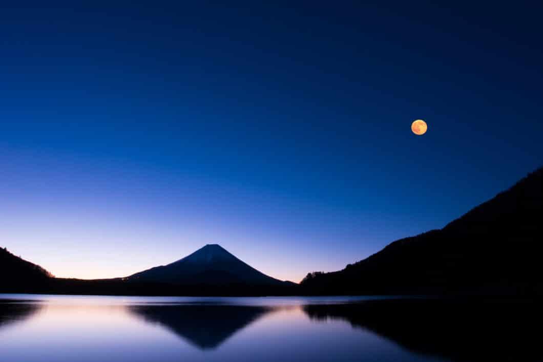 ...ebenso wie an das kräftig schimmernde Blau des Nachthimmels in der Dämmerung. (Foto: Adobe Stock/ youreyesonly)