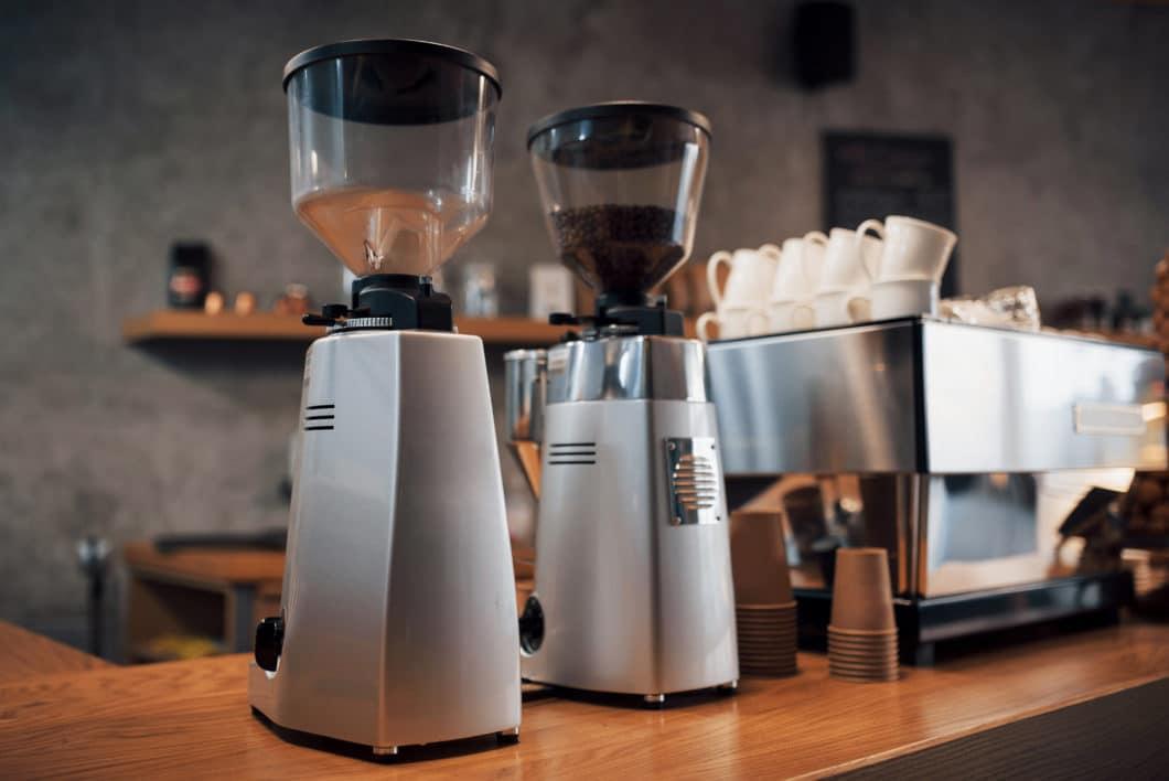 Eine elektrische Kaffeemühle sollte parallel zur Siebträgermaschine mit angeschafft werden. (Foto: Adobe Stock / standret)