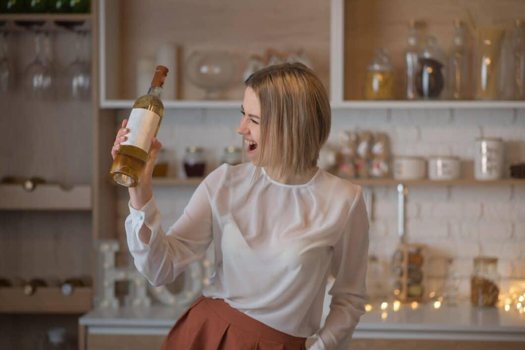 Ein guter Wein in der Küche gehört beim Kochen wie beim Empfangen von Gästen für viele dazu. Umso mehr steigt das Interesse an Weinkühlschränken auch im Privathaushalt. (Foto: stock)
