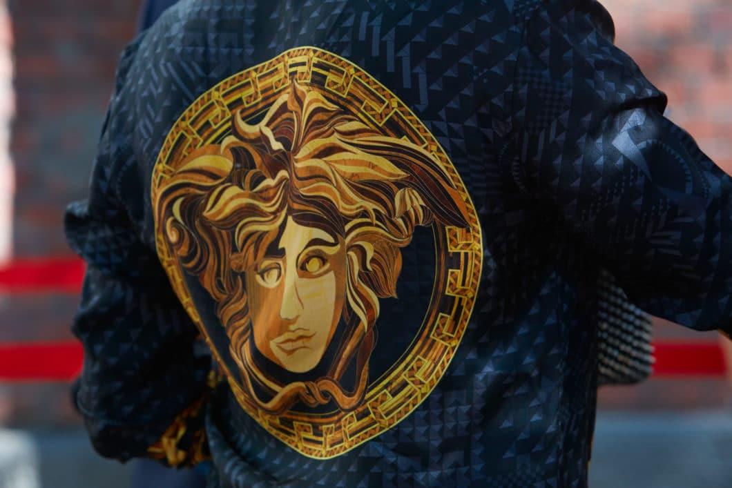 Ihre unwiderstehliche Anziehungskraft und ihre Fähigkeit, jeden zu lähmen, der der Versuchung nachgibt, sie anzublicken: die Medusa faszinierte Gianni Versace so sehr, dass er die mystische Figur zu seinem Firmenlogo machte. (Foto: Adobe Stock / andersphoto)