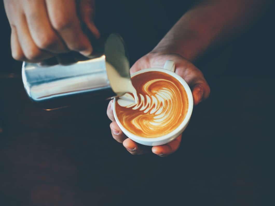 Feinporiger Milchschaum wie bei der australischen Kaffeespezialität Flat White eignet sich hervorragend für Latte Art, also das Verzieren der Milchschaumoberfläche mit grafischen Motiven. (Foto: Adobe Stock / chayathon2000)