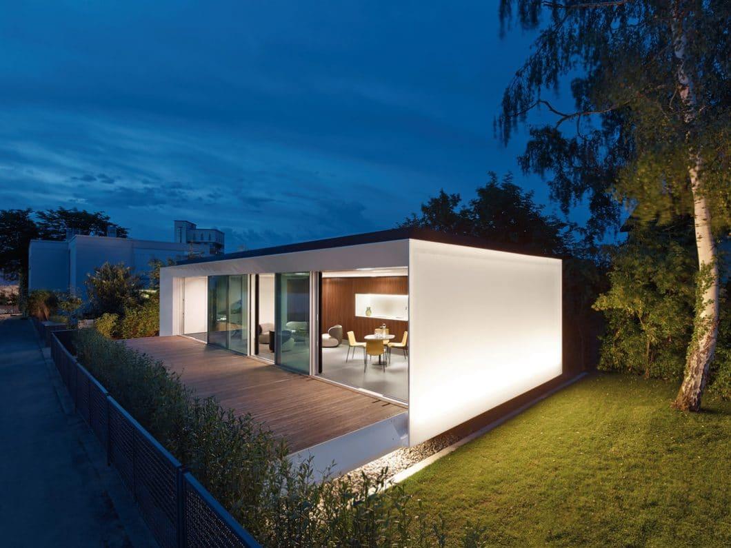 Das Aktivhaus als Haus der Zukunft: Es ist in Wasser-, Strom- und Heizwärme autark und kann mit der überschüssigen Energie sogar noch 2 Elektroautos aufladen. (Foto: LEICHT)