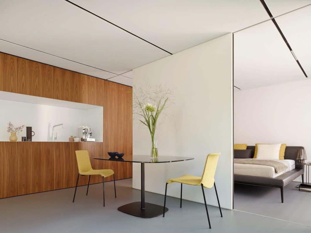 Die hochwertige Küche von LEICHT fügt sich dank der edlen Holzvertäfelung nahtlos in die übrigen Räumlichkeiten des Aktivhauses ein. (Foto: LEICHT)