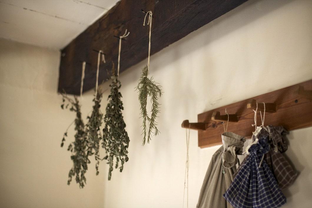 Die etwas andere Art von Pflanzen in der Küche: Einfach Küchenkräuter und Co. von der Decke baumeln lassen - eignet sich auch perfekt zum Kochen und nimmt keinen Stellplatz weg. (Foto: Allie Dearie)