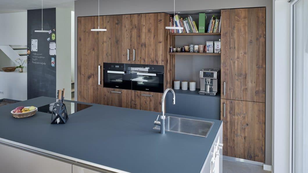 Der Küchenraum wurde auf hochwertige Weise an den gewünschten Industrial Style angepasst. Holz, Glas, Stahl und Beton werden in einem wohnlichen Ambiente arrangiert. (Foto: KÜCHENPLAN Frankfurt)