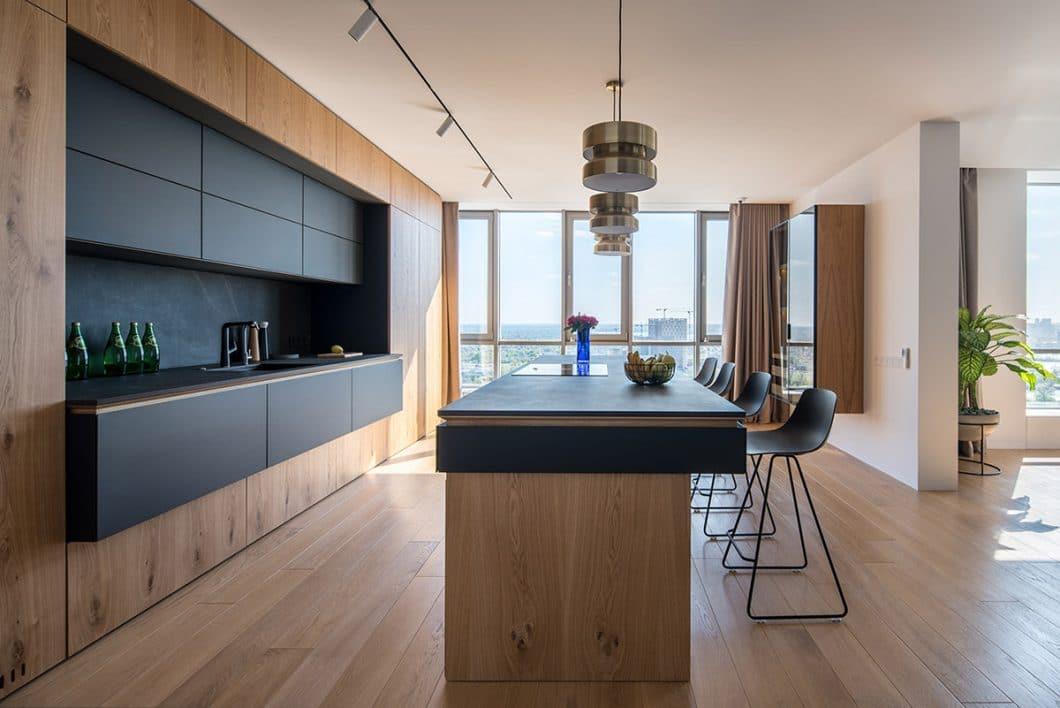 Der seitliche Blick auf die moderne Holzküche verdeutlicht die besonderen Formen, die das Design ausmachen. (Foto: Andrey Bezuglov)