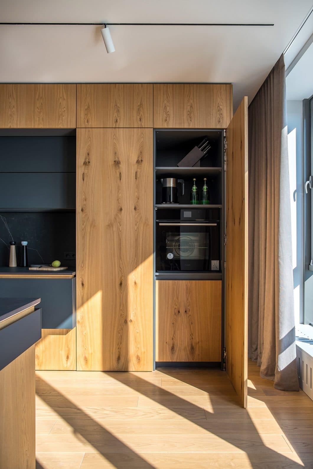 Design und Materialien gehen Hand in Hand. Diese moderne Holzküche glänzt von außen sowie von innen mit hochwertigen Materialien, welche farbliche und haptische Kontraste erzeugen. (Foto: Andrey Bezuglov)