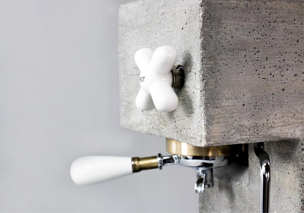 Rauer Beton, feine Drehknöpfe aus Porzellan und ein Siebträger aus Messing: Die AnZa-Kaffeemaschine ist schon jetzt ein Design-Liebhaberstück. (Foto: AnZa)