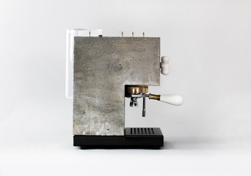 In den robusten Betonkorpus ist ein Wasserspeicher integriert; neben Espresso lässt sich auch Milch aufschäumen. (Foto: AnZa)