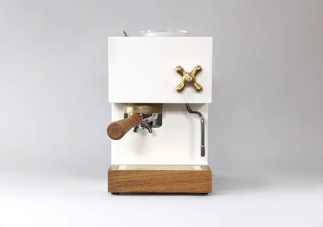 Auch in glattem ´, weißem Corian mit Knöpfen aus Messing und einem Siebträger aus Holz wird die Design-Espressomaschine erhältlich sein. (Foto: AnZa)