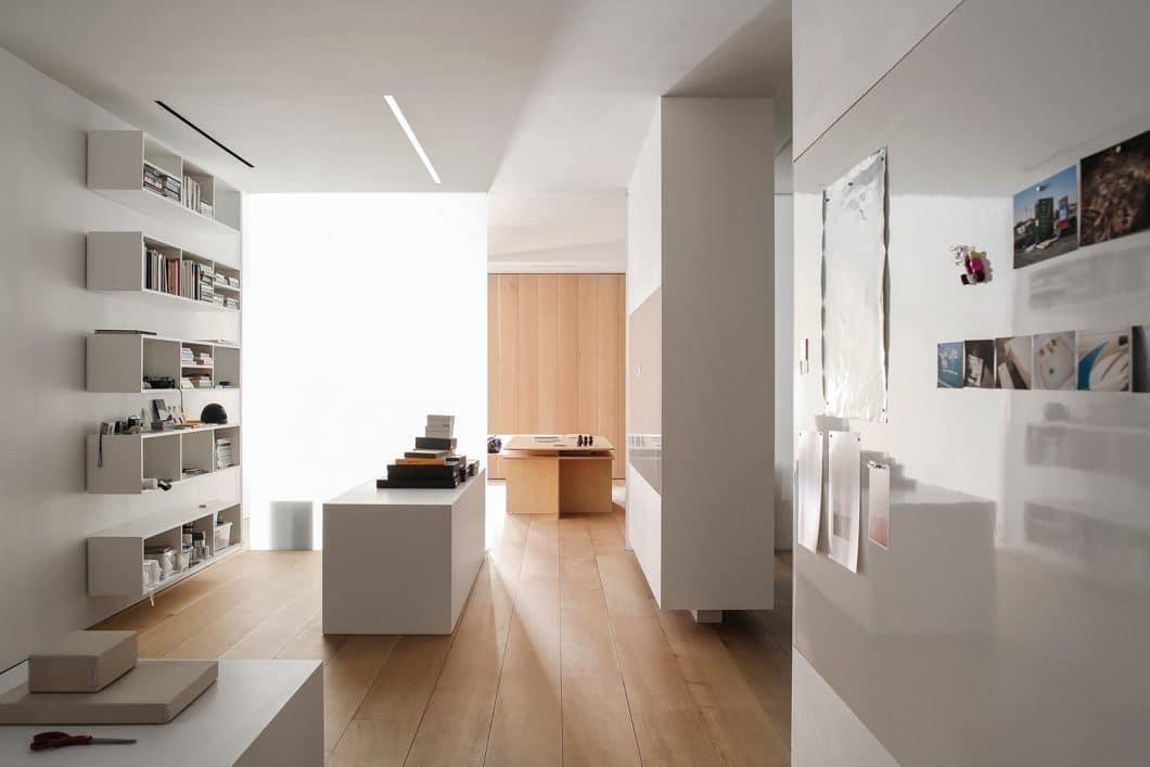 """Der """"private space"""" des Appartements ist in hellem Eichenholz und weißem Corian gehalten. (Foto: Paul Warchol for Desai Chia Architecture)"""