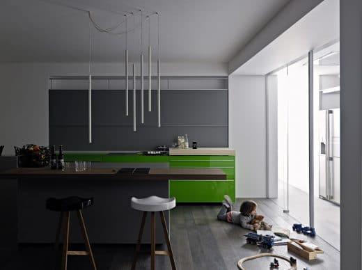 Glas ist in der Küche ein äußerst robuster Werkstoff, der als Küchenkorpus verbaut dennoch Leichtigkeit vermittelt. (Foto: Valcucine Artematica New Logica System)