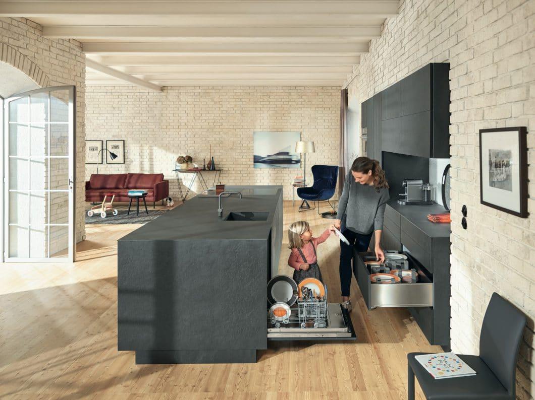 Wer die 5 Küchenzonen bei der Planung klug einteilt, spart hinterher Zeit und Wege: zum Beispiel beim Verräumen des Spülzonen-Inhalts in die Aufbewahrungszone. (Foto: Blum)