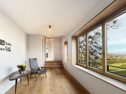 Große Fenster und verglaste Türen geben Ausblick auf die nahen Alpen, den Starnberger See und satte grüne Wiesen rund um das Haus. (Foto: spandriwiedemann.de)