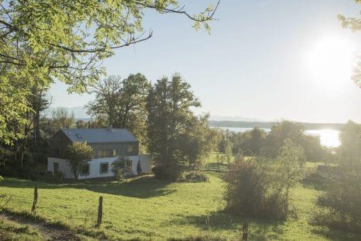 """Natur und Landschaft sind von immer größerer Bedeutung in der regionalen Architektur. Hier das """"Lassehaus"""" am Starnberger See. (Foto: spandriwiedemann.de)"""