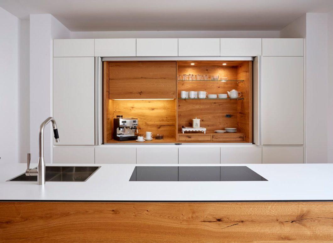 BAX vereint die individuelle Fertigungsqualität einer Schreinerei mit der Schnelligkeit der gehobenen industriellen Fertigung. So entstehen Premiumküchen nach Maß. (Foto: BAX)