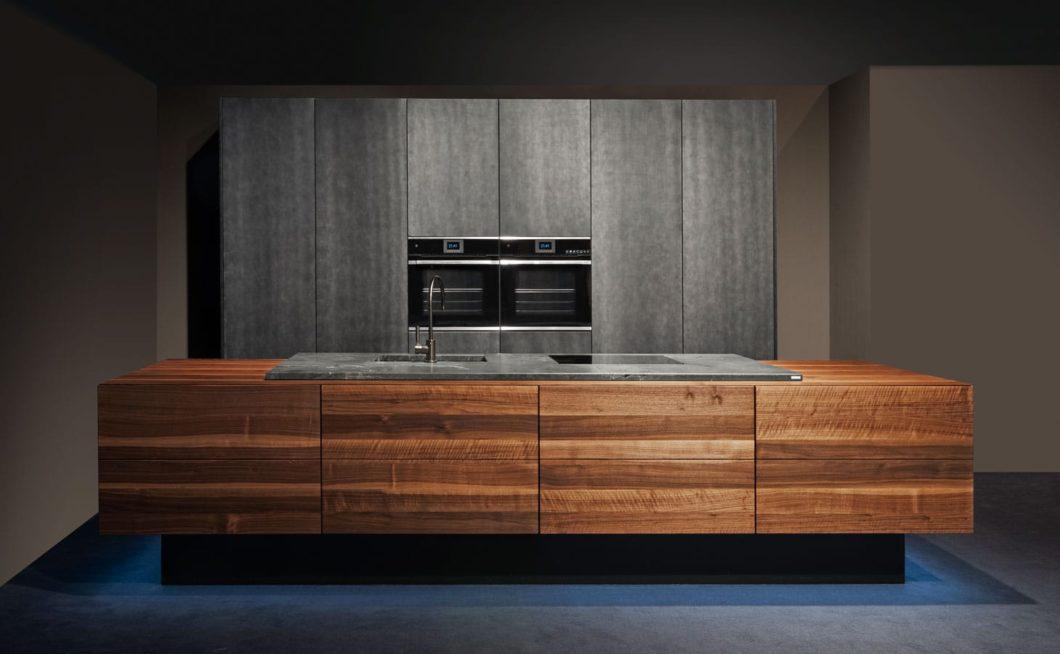 Eiche, Ahorn, Buche oder Nussbaum: BAX setzt auf edle Materialien und innovative Modelle, wie beispielsweise hier eine schwebende Kücheninsel. (Foto: BAX)