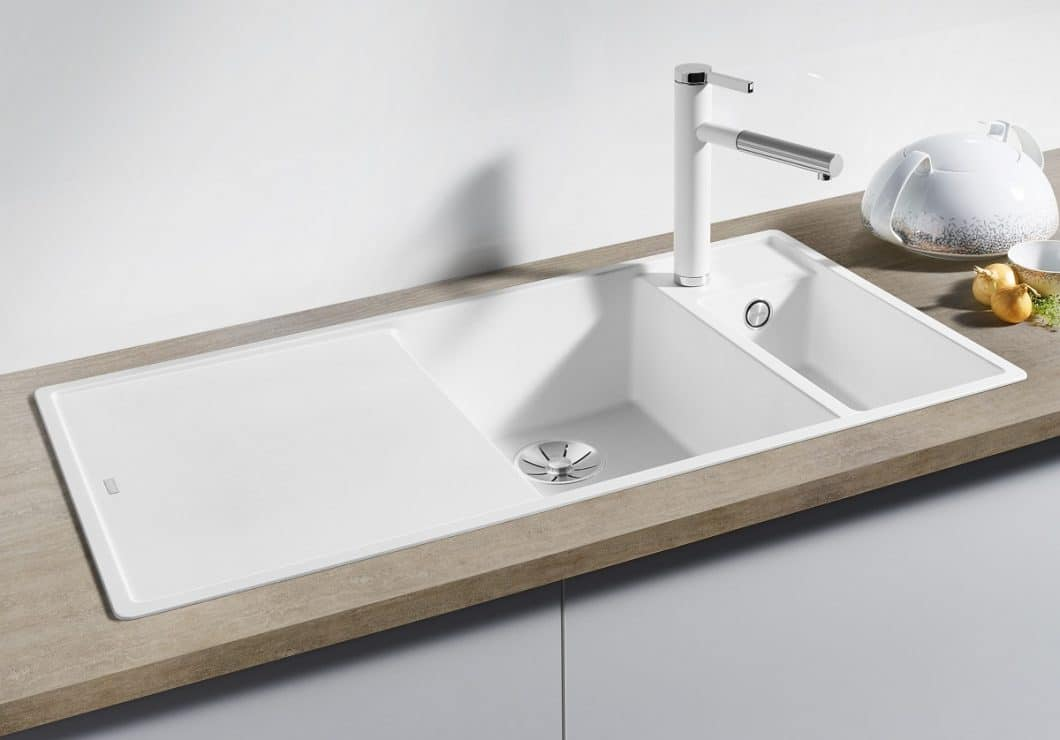 Eine weiße Weste: SILGRANIT lässt sich mit warmem Wasser und einem Schwamm reinigen. Bei Bedarf (Bsp.: Kalkflecken) hilft haushaltsübliches Vollwaschmittel. (Foto: BLANCO)