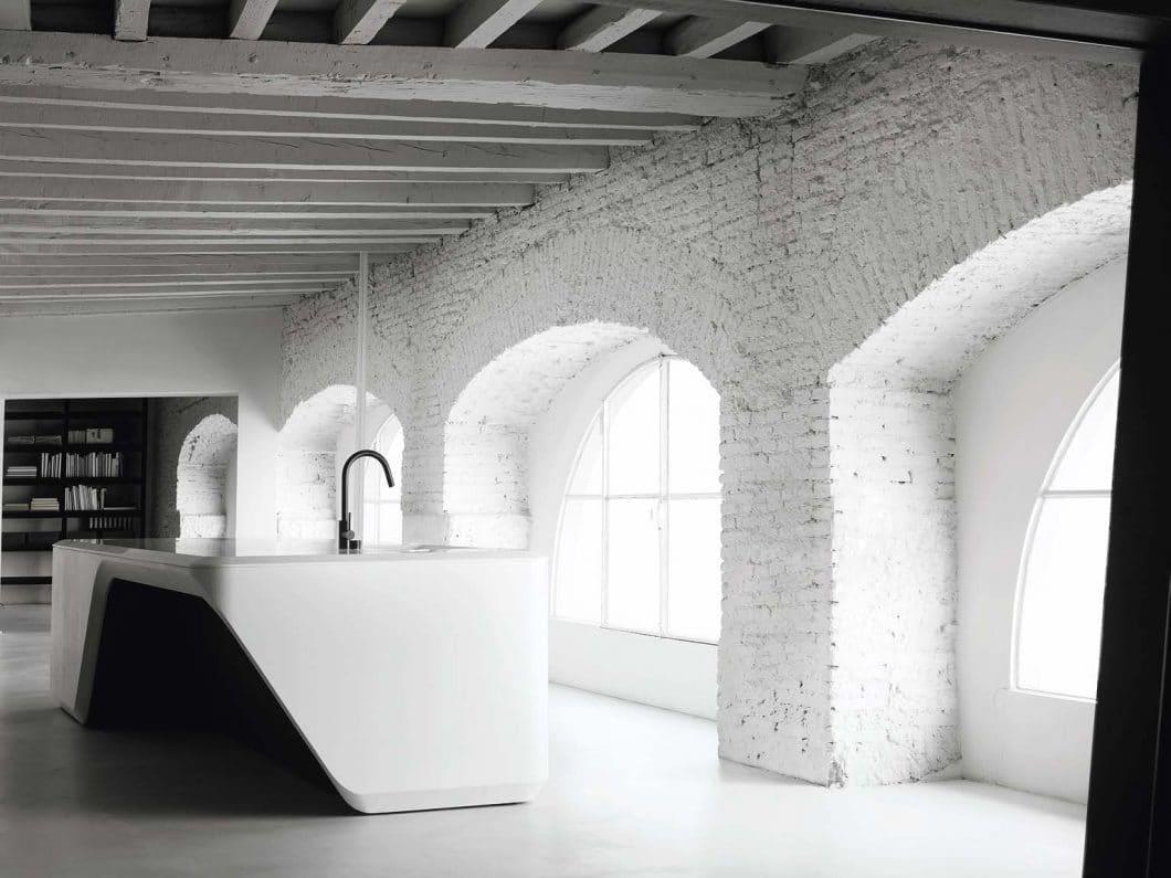 Die kunstvolle Küchenzeile ist eine zeitlose Verbindung von Design und Funktionalität. Sie wird von Boffi in historischem Ambiente vorgestellt, um den extravaganten Charakter des Modells zu unterstreichen. (Foto: Boffi)