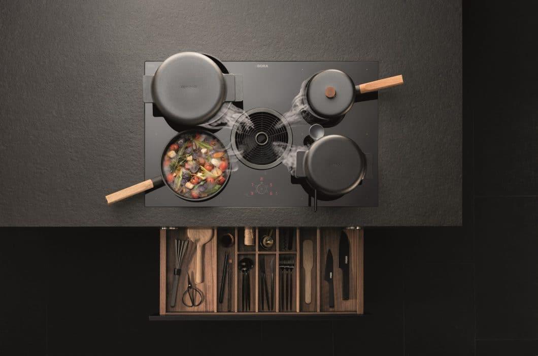 BORA Basic zieht in Sachen Design mit den Großen gleich: Das Design in hochwertigem Schwarz und mit Touch-Roundslider wurde auf der EuroCucina im April 2018 vorgestellt. (Foto: BORA)