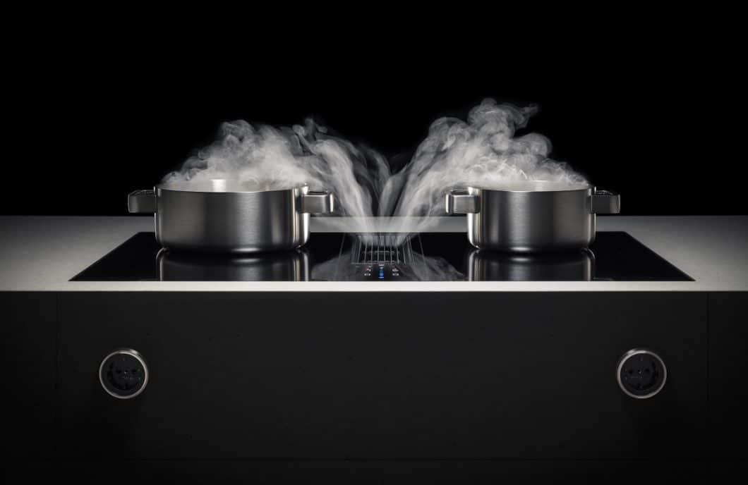 Das Kochfeld des BORA Classic 2.0 fügt sich hochelegant in eine puristische Küchenumgebung ein. Auch bei voller Belastung arbeitet es flüsterleise. (Foto: BORA)
