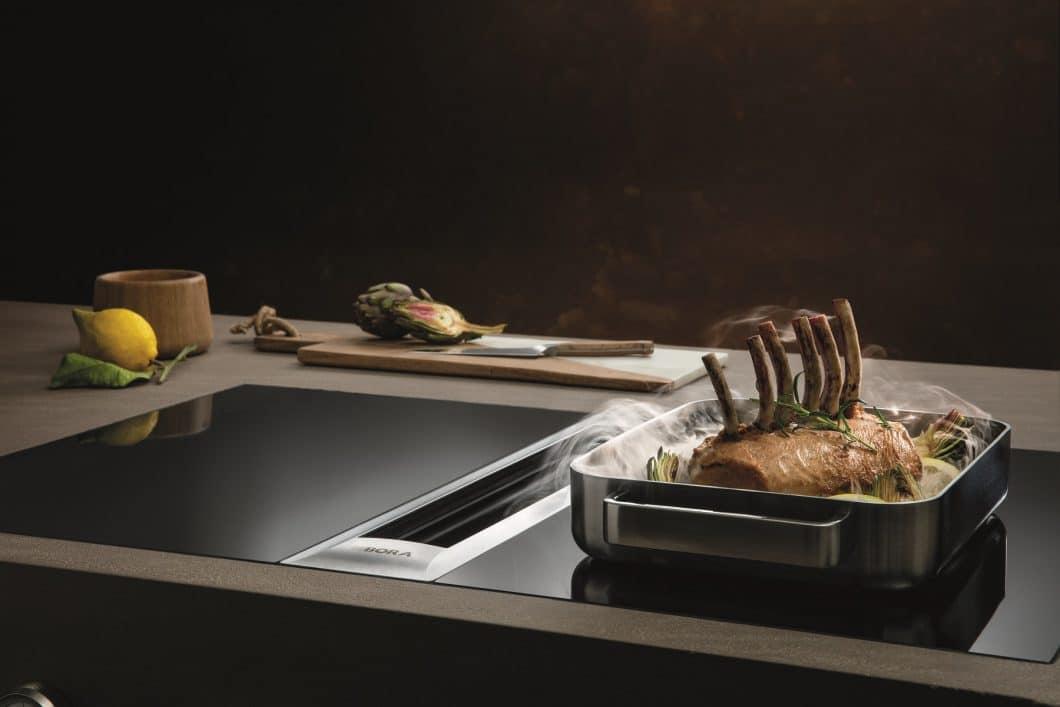 Geruchsintensive Lebensmittel? Aufwändige Braten, die viel Platz wegnehmen? Das BORA Professional 2.0-Kochfeld mit integriertem Kochfeldabzug setzt Ihre Essensgelüste perfekt um. (Foto: BORA)
