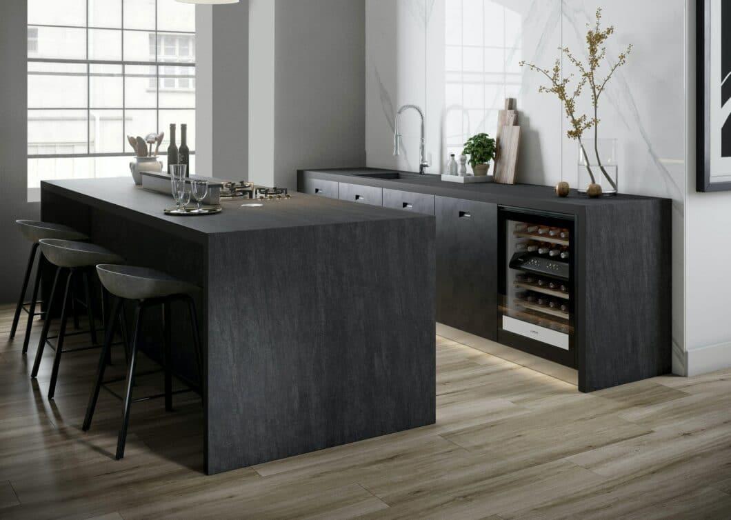 Schieferartig schimmert die Dekton-Variante BROMO als Neuzugang der Dekton-Designs 2020 in der Küche. (Foto: Cosentino)