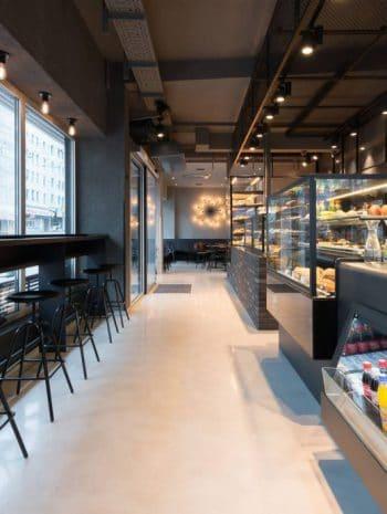 Blick in eine ungewöhnliche Kombination: Schwarze Stahlgerüste und warme Bäckereifiliale. (Foto: Stefan Wolf Lucks)