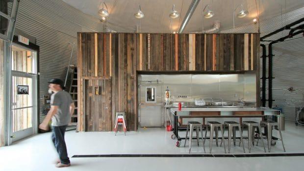 Die Küche im Mittelpunkt des kleinen Silos: Das haben die Inhaber der Bang Brewing Company geschaffen, die in Saint Paul in Minnesota einen ungewöhnlichen Ort für ihre Hütte gewählt haben.