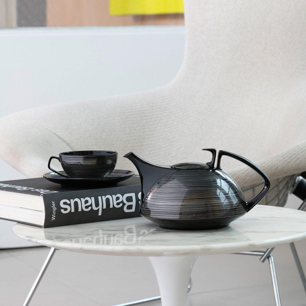 Die von Gropius selbst entworfene Teegeschirr-Kollektion TAC wird mit dem Service TAC 02 in legendärer Form aufgegriffen und mit schwarz durchgefärbtem Porzellan geformt. (Foto: Rosenthal)