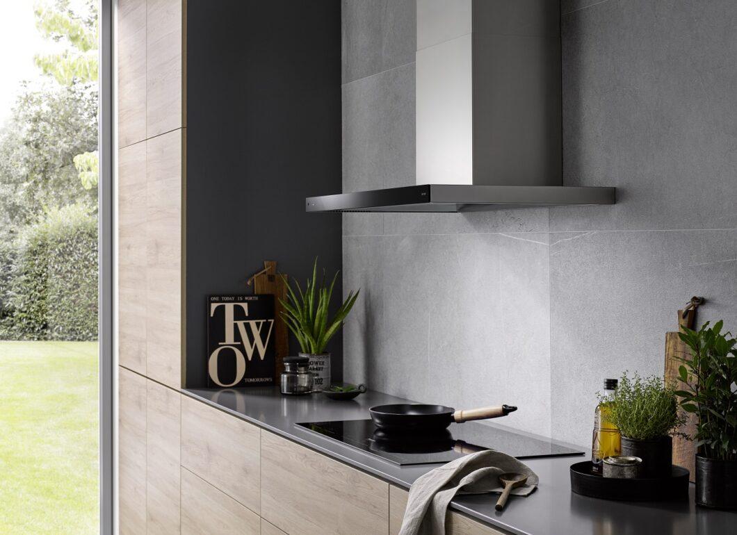 Wandhauben gehören zu den klassischsten aller Dunstabzugshauben. Farblich geschickt eingesetzt, kann sie mit modernen Betonwänden harmonieren. (Foto: berbel)