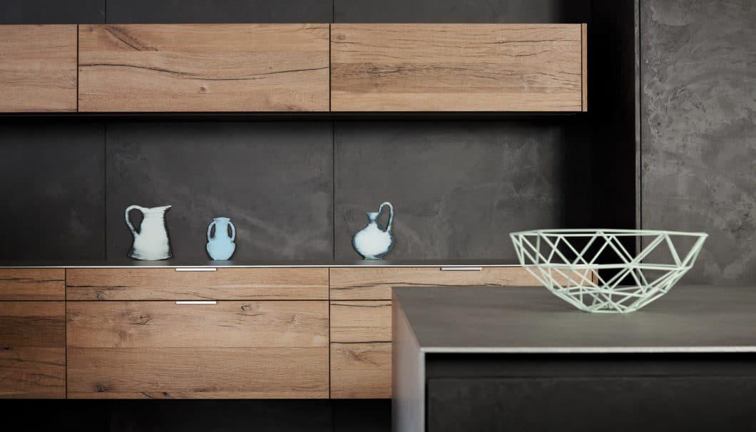 Beton kann als hauchdünne Spachtelmasse auf solide MDF-Platten aufgetragen oder aber mit einem günstigen Dekor täuschend echt imitiert werden. (Foto: eggersmann)