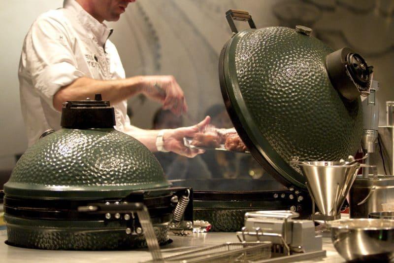 Ursprünglich stammt das Big Green Egg aus Japan: vom dortigen Tontopf inspiriert, brachten amerikanische GIs es mit in die Heimat und ließen es dort mit hochwertiger Keramik weiterentwickeln. (Foto: Big Green Egg)