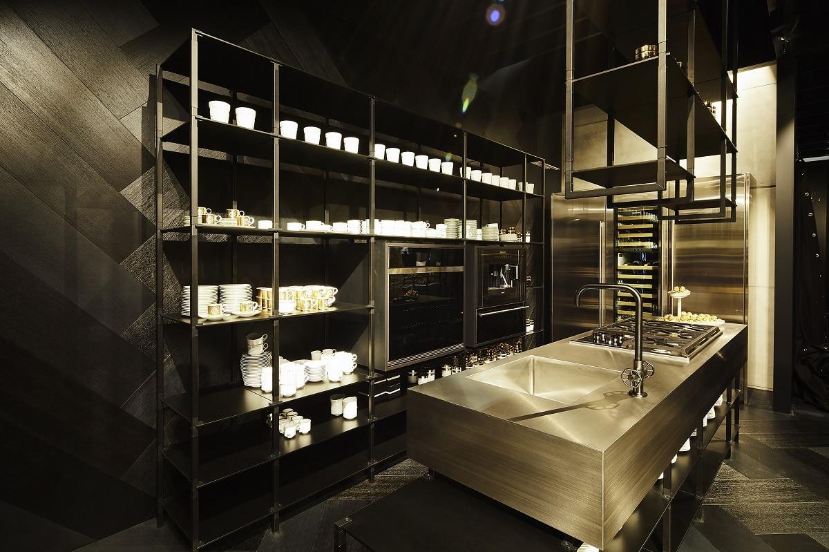 """""""tRACK"""" verbindet und trennt - je nach Bedarf. Die Regalsysteme schaffen einerseits einen fließenden Übergang zwischen zwei Räumen, wie beispielsweise dem Wohnraum und der angrenzenden Küche. Andererseits können sie jedoch auch als Trennwände fungieren und damit große Räume in einzelne Bereiche unterteilen."""
