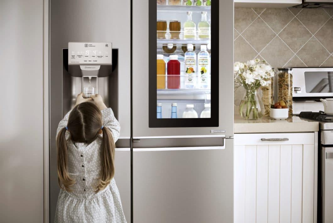"""Mit der """"InstaView""""-Door von LG lässt sich per Klopfen in den Kühlschrank blicken - ohne die Tür zu öffnen und warme Luft hineinzulassen. Abhilfe schaffen auch die immer beliebteren """"FridgeCams"""". (Foto: LG Electronics)"""