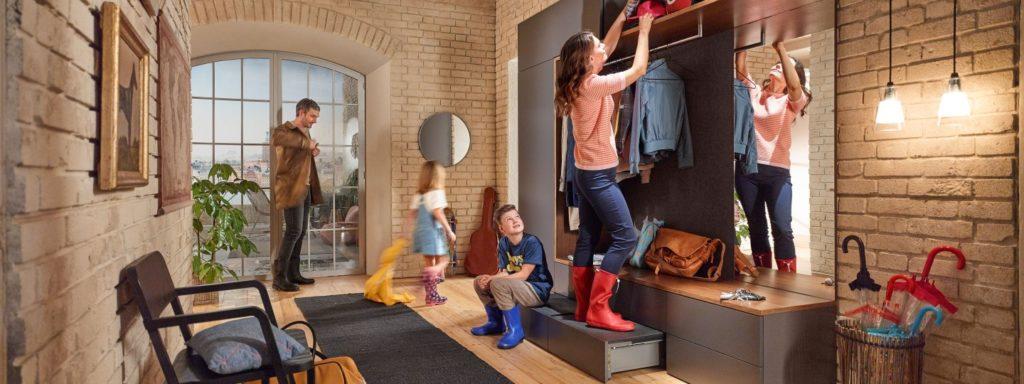Die funktionale Mischung aus Aufbewahrungsort für selten genutzte Dinge und praktischer Trittleiter macht sich auch in der Garderobe gut. (Foto: blum)