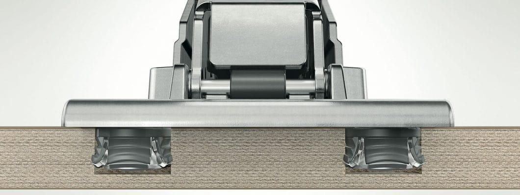 Anstelle einer Topfbohrung, die mehr Tiefe benötigt, kann EXPANDO T in lediglich 6 mm Tiefe angebracht werden und sich dort verankern. So können auch dünne Fronten sicher angebracht werden. (Foto: Blum)