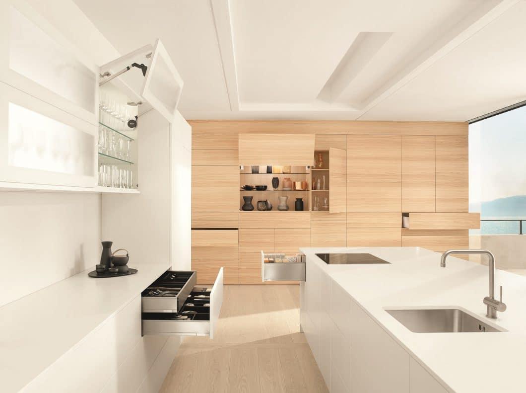 Vollauszüge und elektrische Öffnungsunterstützer: Scharniere und Auszugssysteme sorgen für die Funktionalität moderner Küchen. (Foto: Blum)