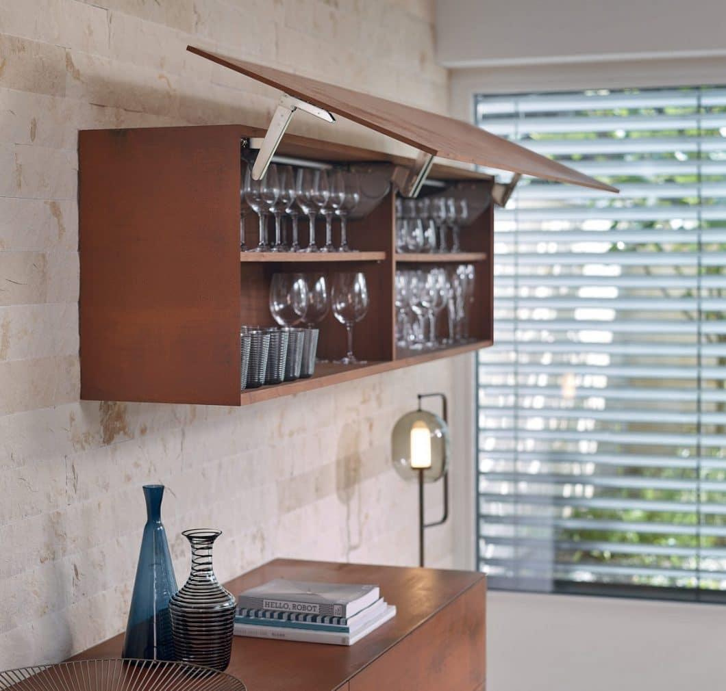 EXPANDO T kann bei Türen, Klappen und Schubladen angebracht werden und sorgt so dafür, dass dünne Fronten als einheitliches Gestaltungsbild in der Küche einsetzbar sind. (Foto: Blum)