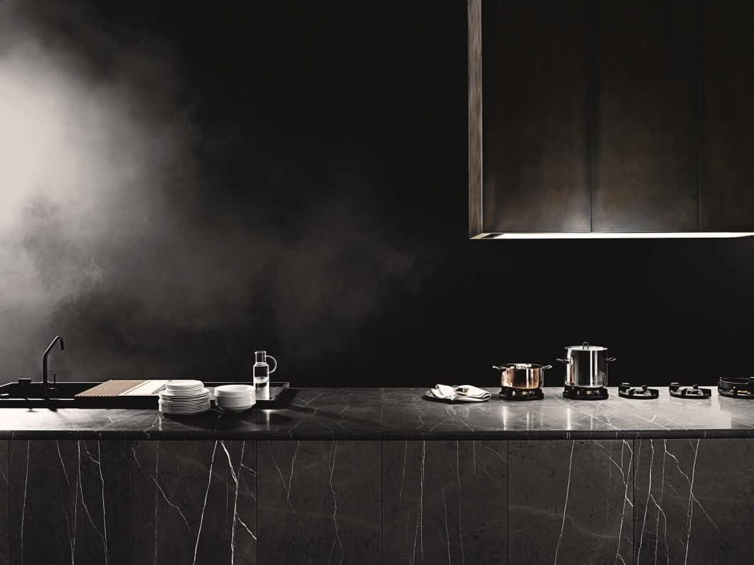 """Das neueste Modell von Boffi lautet """"Code"""" - und sieht mystisch, elegant und formschön aus. Damit zählt Boffi zweifellos zu den 10 schönsten Luxusküchen-Herstellern Italiens. (Foto: Tommaso Sartori, Boffi)"""