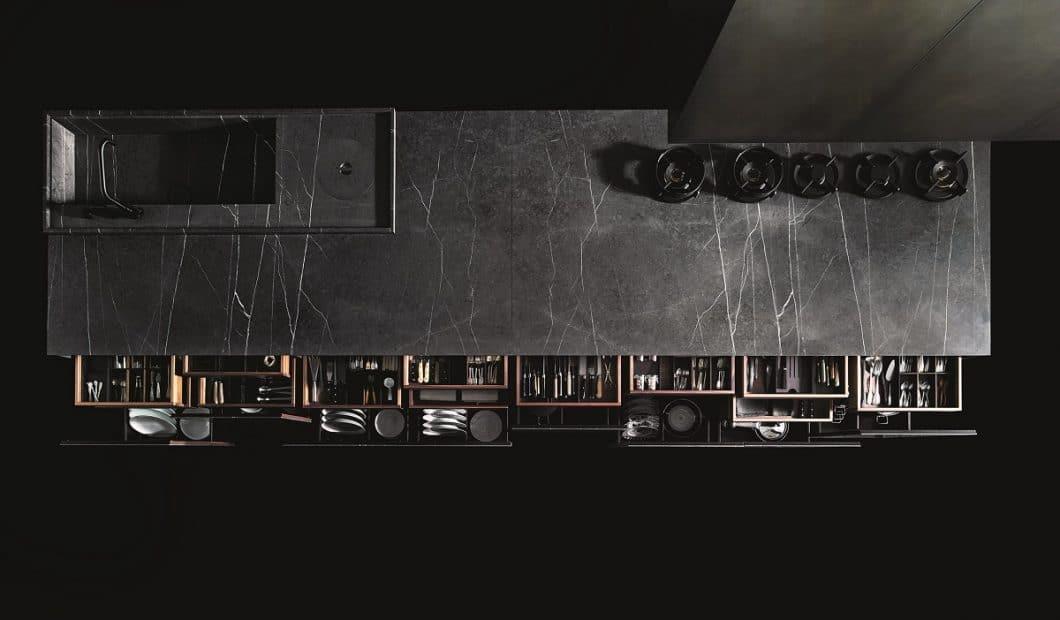 Das Grundmodell von Boffi Code ist wahlweise aus warmgewalztem Edelstahl oder - wie hier - aus enorm belastbarem Dekton und Greystone Marmor gefertigt, dessen feine Äderchen Wärme inmitten eines puristischen Küchenkorpusses ausstrahlen. (Foto: Tommaso Sartori, Boffi)