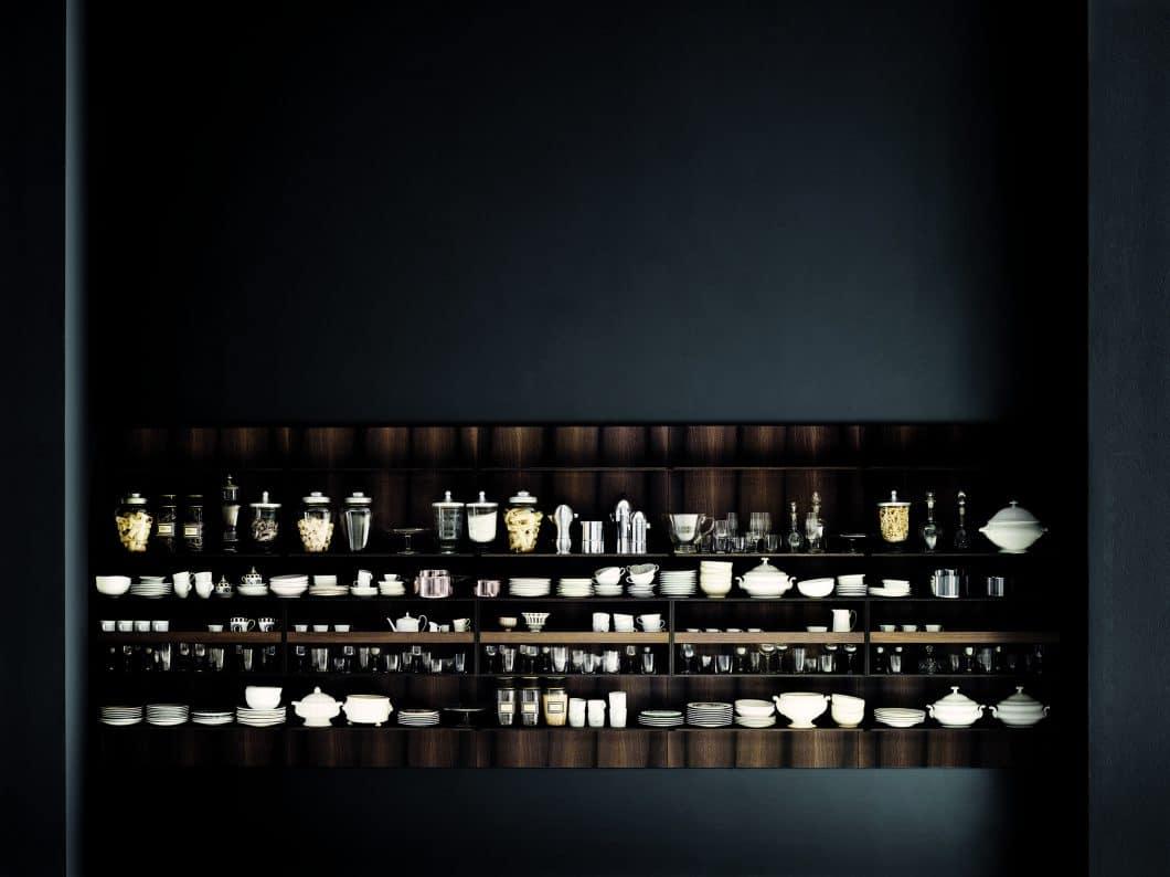 Die Küchenschrankzeile und die offenen Regale von Boffi Code sind spektakulär aus dem Holz der alten Mooreiche geformt, die vom Grund eines Flusses geborgen und aufwändig recycelt wird. Auch hier gibt es verschiedene individualisierbare Schrankformen. (Foto: Tommaso Sartori, Boffi)