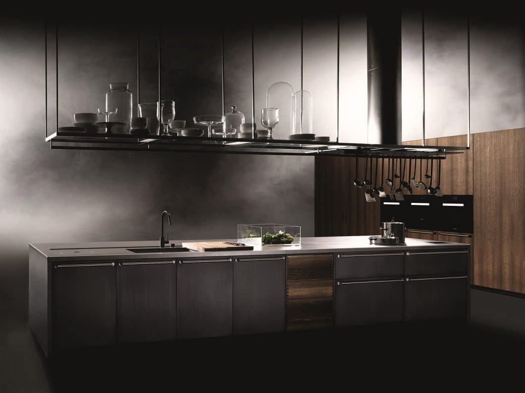 Majestätisch thront der monolithische Küchenblock von Boffi Code im Scheinwerferlicht. Das Programm ist aus den hochwertigsten Materialien zusammengestellt und komplett individualisierbar. (Foto: Tommaso Sartori, Boffi)