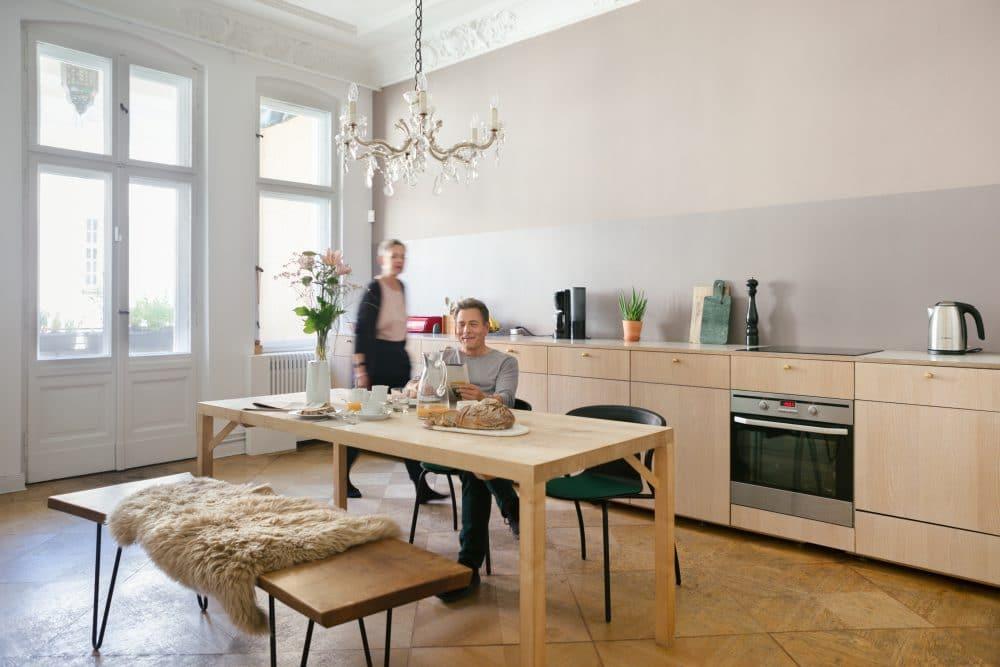 Das Smart Home ist kaum visuell wahrnehmbar und doch funktional stark präsent. Haben Sie Amazons Alexa (neben der Kaffeemaschine) oder den Bosch Universalschalter (links im Fenstereck) erkannt? (Foto: Bosch)