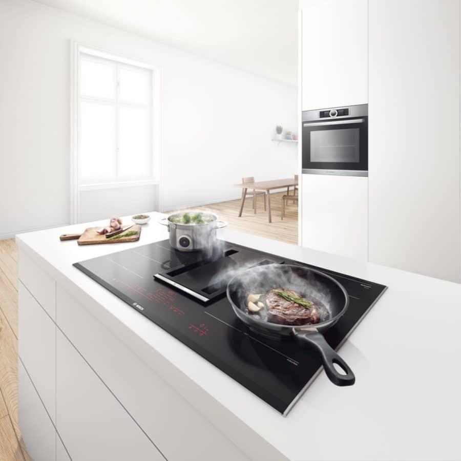 Wie kocht Deutschland? Allein, mit Freunden, in einem luxuriösen Küchenraum oder doch lieber mit viel Holz? Eine Studie hat nun 4 Kochtypen ausfindig gemacht. (Foto: Bosch)