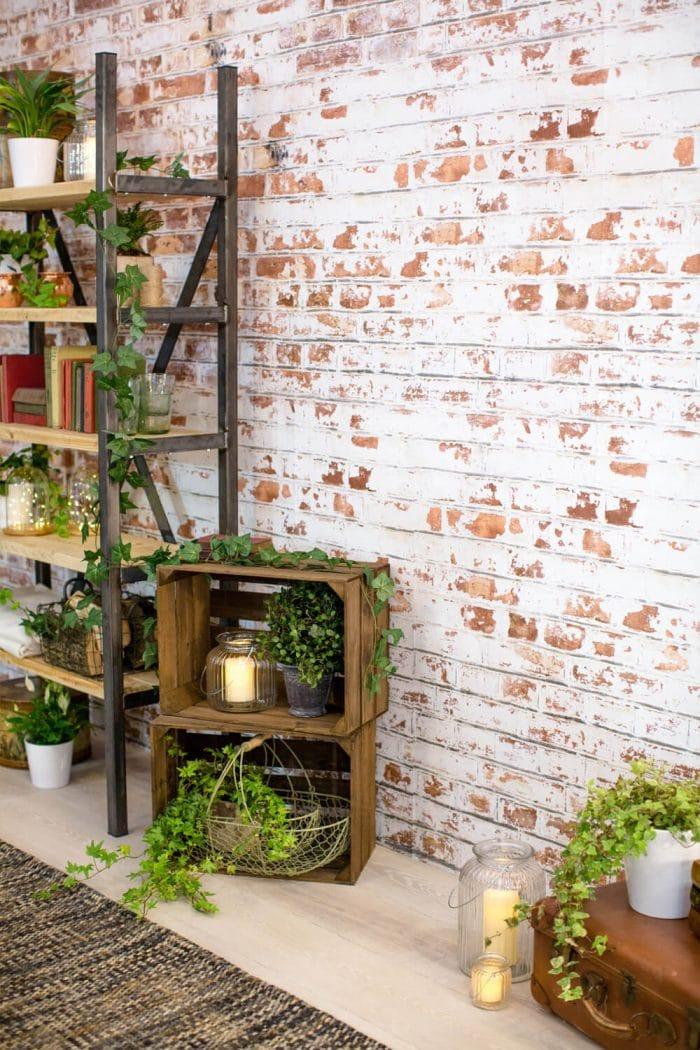 """Raue, unverputzte Backsteinfassaden liegen grad voll im Trend - wenn Sie aber gerade kein Altbauloft zur Hand haben, imitiert diese Tapete den Backstein ziemlich gut. Wallpaper """"Brick"""", muralswallpaper.co.uk"""