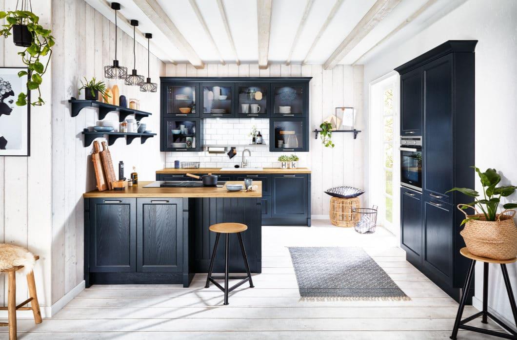 Traditioneller, wärmer, weicher sind die Landhausküchen-Stile bei Häcker und Nobilia. Sie haben die Familienfreundlichkeit der ursprünglichen Landhausküche behutsam in ein modernes Zeitalter herübergetragen. (Foto: Häcker)